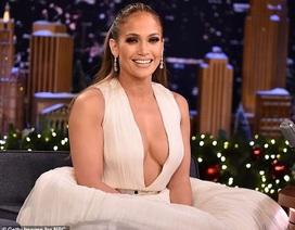 Jennifer Lopez gợi cảm với váy xẻ sâu
