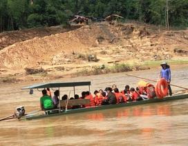 Cầu treo bị lật úp, hàng chục học sinh phải qua sông bằng đò ngang