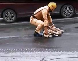 CSGT cặm cụi cầm giẻ lau vết dầu trên đường phố