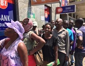 """Quá thiếu lương thực, đồ dùng, dân Zimbabwe cứ thấy xếp hàng là """"nhảy"""" vào"""