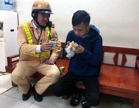 CSGT Hà Nội giúp đỡ thiếu niên Ê Đê bị trộm đồ, lạc đường