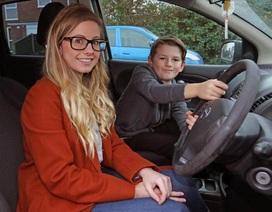 Mẹ lên cơn co giật trong khi lái xe, bé 8 tuổi trở thành anh hùng