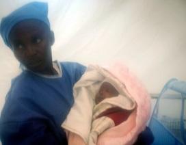 Bé gái sơ sinh sống sót kì diệu trong đại dịch Ebola