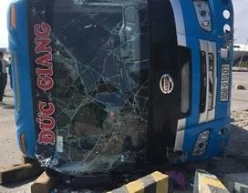 Xe khách tông dải phân cách rồi lật ngang, 1 người chết, 5 người bị thương