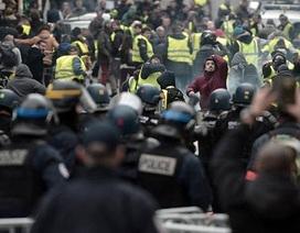 Người biểu tình Pháp chặn đường cao tốc, đốt hàng loạt trạm thu phí