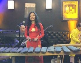 Nữ doanh nhân Việt Nam gây sửng sốt khi biểu diễn đàn đá ở Mỹ