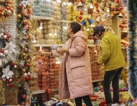 Người Hà Nội chen chân mua sắm trên phố Hàng Mã trước lễ Giáng sinh