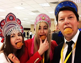 Lý do phóng viên hóa trang như Halloween khi tham gia họp báo của ông Putin
