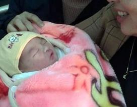 Hà Nội: Bé trai sơ sinh bị bỏ rơi trước cổng nhà dân