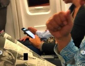 Đi máy bay, sốc khi thấy người ngồi cạnh đọc truyện tranh khiêu dâm