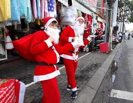 """""""Ông già Noel"""" xuống phố chào khách đi tặng quà"""
