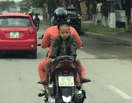 Choáng cảnh bé trai ngồi ngược sau xe máy, oặt ẹo trên phố