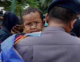 Khoảnh khắc cứu sống bé trai sau 12 giờ mắc kẹt do sóng thần ở Indonesia