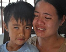Đớn đau người mẹ trẻ ôm con bệnh tim quỳ lạy trước di ảnh của chồng