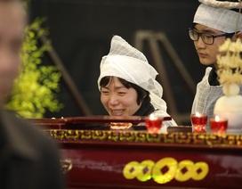 Vợ con NSND Anh Tú khóc nghẹn bên linh cữu trong tang lễ