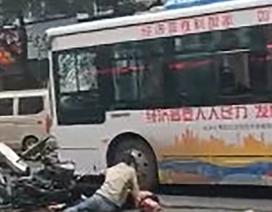 Trung Quốc: Kẻ cướp lái xe buýt lao vào đám đông, ít nhất 5 người chết