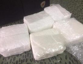Bắt quả tang đối tượng vận chuyển 5kg ma túy dạng đá