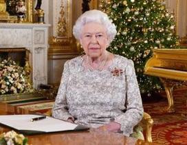 """Dân mạng """"phát cuồng"""" vì nữ hoàng Anh khoe khéo đàn piano bằng vàng sang chảnh"""