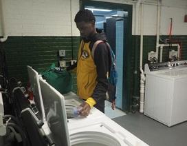 Trường học lắp đặt thiết bị giặt là để cải thiện tình trạng vắng mặt của học sinh