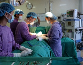 Cô gái nhiễm trùng sưng tấy vòng ba sau 2 tháng bơm silicon