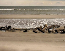 Phát hiện xác tàu cổ bí ẩn trên bờ biển Mỹ