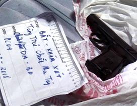 """Cảnh sát thu giữ súng, roi điện tại nhà đối tượng """"phân phối"""" ma tuý"""