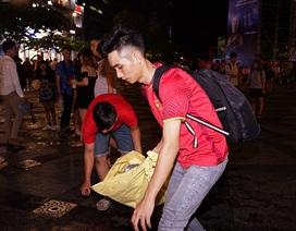 Đáng yêu hình ảnh bạn trẻ dọn rác trên phố sau trận Việt Nam - Philippines