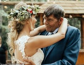 """Clip """"cha sắp mất vẫn gắng nhảy cùng con gái trong lễ cưới"""" khiến dân mạng cảm động"""