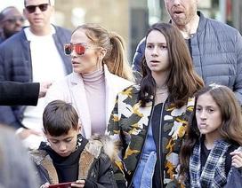 Jennifer Lopez cùng bạn trai đưa con đi mua sắm