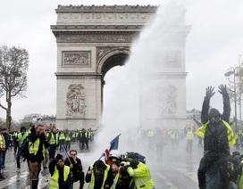 Khải Hoàn Môn tan hoang sau cuộc bạo động tồi tệ nhất 50 năm ở Pháp