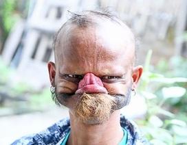 """Kì lạ người đàn ông có lưỡi """"siêu dài"""""""