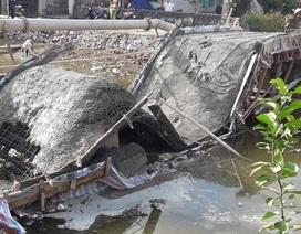 Dân góp tiền xây cầu, vừa đổ bê tông xong thì... cầu sập