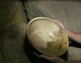 Phát hiện hang động có chậu sứ nghi là cổ vật