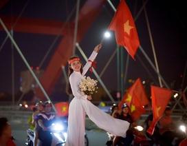 Thú vị hình ảnh thiếu nữ mặc áo dài vẫy cờ cổ vũ ĐT Việt Nam trên cầu Bình Lợi