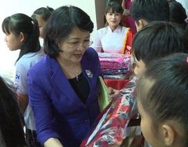 Phó Chủ tịch nước Đặng Thị Ngọc Thịnh tặng quà Tết cho người nghèo
