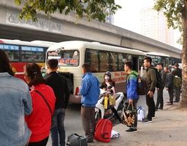 Hà Nội: Cận Tết, nhà xe đua nhau bắt khách dọc đường