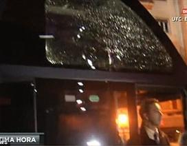 Xe bus chở cầu thủ Barcelona bị tấn công bằng gạch đá