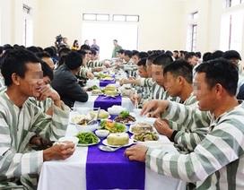 Ấm áp bữa cơm tất niên trong trại giam