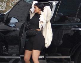 Kylie Jenner lần đầu ra phố sau khi sinh con