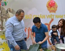 Cộng đồng người Việt tại Ai Cập gói bánh chưng giữ gìn Tết cổ truyền