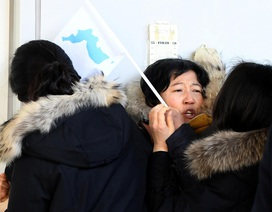 """Người đào tẩu """"xé rào"""" gặp gỡ đoàn nghệ thuật Triều Tiên"""