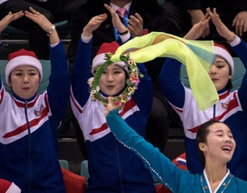 """Binh đoàn sắc đẹp khuấy động trận thi đấu của """"liên minh"""" Hàn - Triều"""