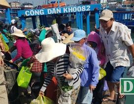"""Hối hả """"chở xuân"""" ra hòn đảo 3.000 dân trên Vịnh Nha Trang"""