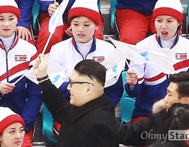 """Đội cổ vũ Triều Tiên """"náo loạn"""" trước bản sao Kim Jong-un"""