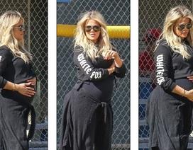 Khloe Kardashian bế bụng bầu đi chơi bóng