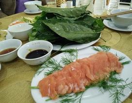 Ngon lạ món gỏi cá hồi ăn kèm với lá sa lăng