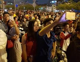 Người dân hào hứng thưởng thức pháo hoa mừng năm mới