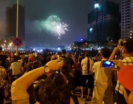 Pháo hoa bừng sáng, người dân cả nước nao nức mừng năm mới