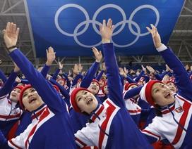 """200 mỹ nữ Triều Tiên lần đầu """"tiếp lửa"""" cho Hàn Quốc tại Thế vận hội"""