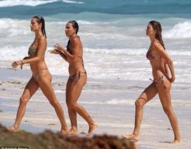 Alessandra Ambrosio tung tăng khoe dáng trên bãi biển